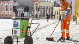 Curitiba começa a vacinar trabalhadores da limpeza pública contra a Covid-19