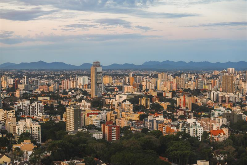 Paraná tem a segunda menor taxa de transmissão da covid-19 no Brasil, diz estudo