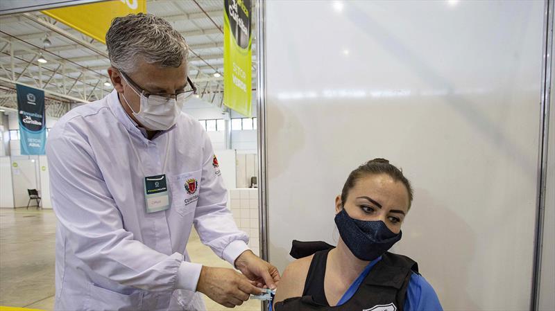 Curitiba ultrapassa de 700 mil pessoas vacinadas com a primeira dose