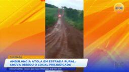 Ambulância atola em estrada rural: chuva deixou o local prejudicado