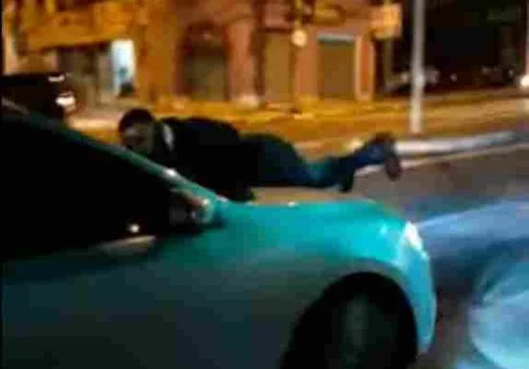 Vídeo flagra homem em cima de capô de carro em movimento