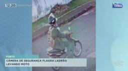 Câmera de segurança flagra ladrão levando moto