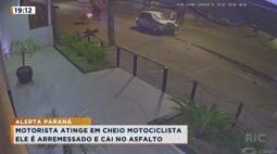 Motorista atinge em cheio motociclista, ele é arremessado e cai no asfalto