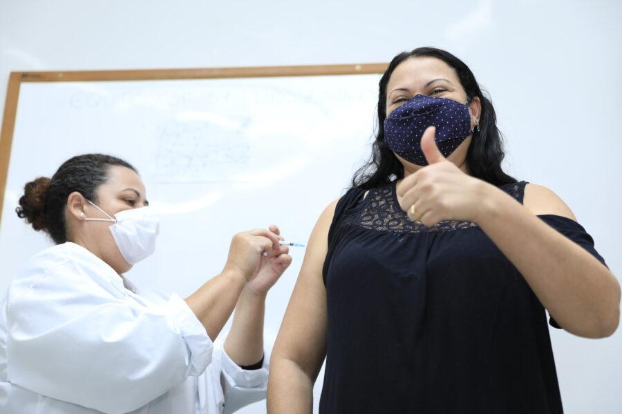 Maringá começa a vacinação contra a Covid-19 de pessoas de 43 anos ou mais