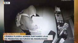Câmera flagra homem furtando loja de produtos naturais na madrugada