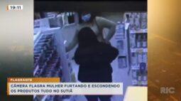 Câmera flagra mulher furtando e escondendo os produtos no sutiã