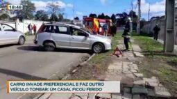Carro invade preferencial e faz outro veículo tombar: um casal ficou ferido