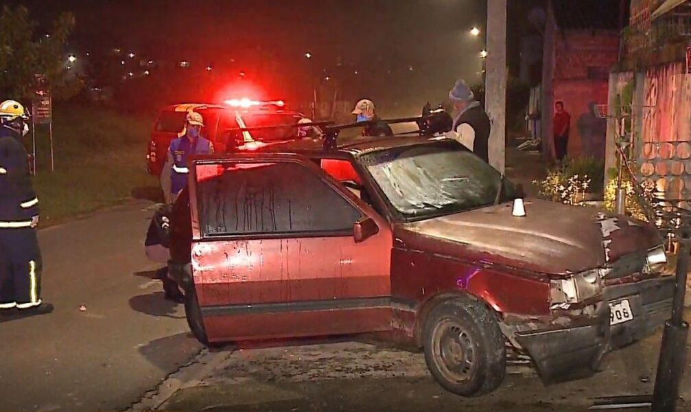 Motorista fica inconsciente após bater em muro, mas acorda antes do atendimento e foge do local