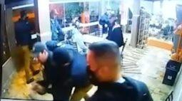 """Vídeo flagra abordagem truculenta da PM: """"se não tivesse essas câmeras, eles tinham matado a gente"""", diz comerciante"""