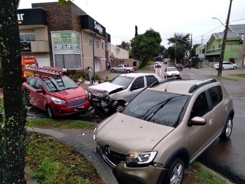 Vídeo: acidente envolvendo três veículos deixa uma pessoa ferida
