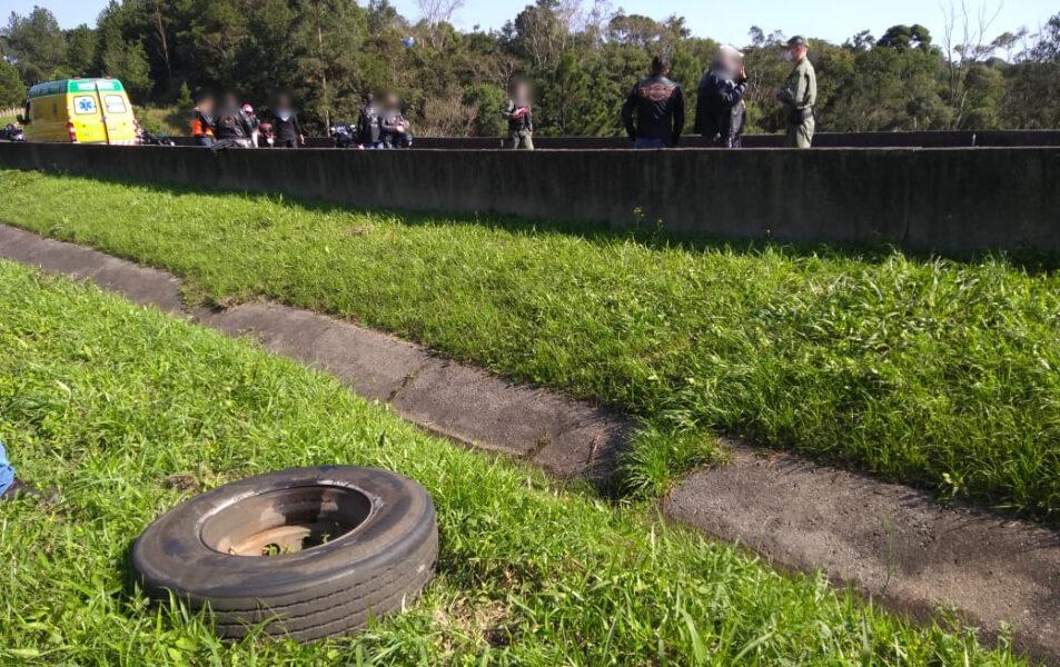 Motociclista morre após ser atingida por rodado de caminhão na BR-116