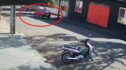 Cachorro é atropelado no centro de Porecatu e amigo corre para socorrê-lo; veja vídeo
