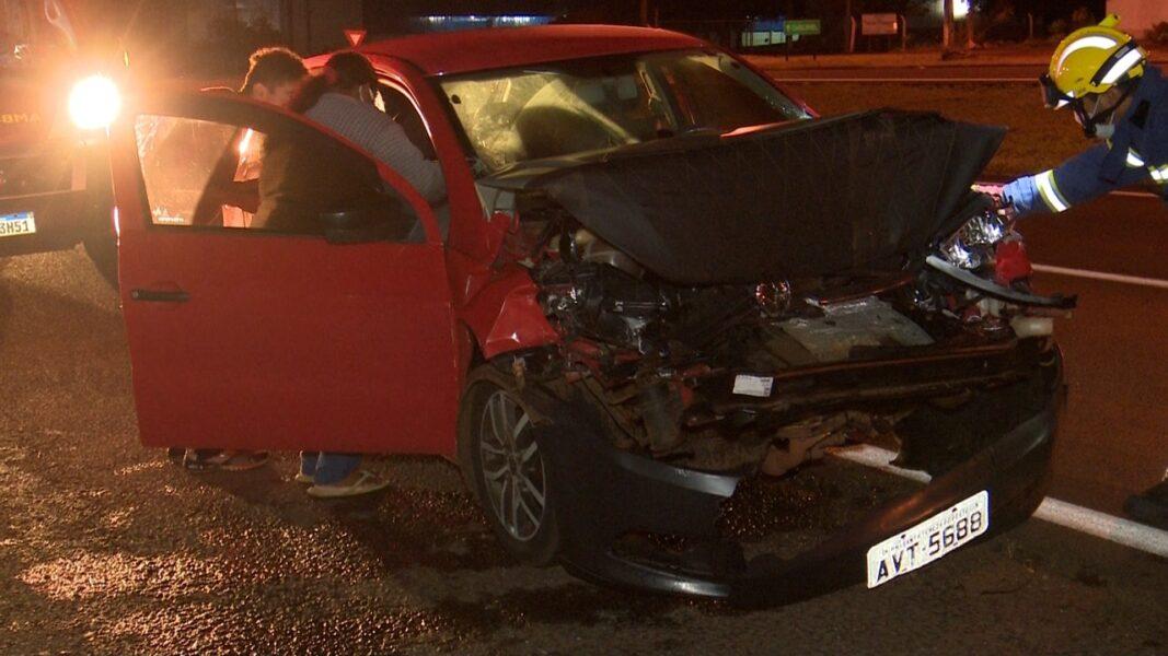 Mulher fica ferida em colisão traseira, envolvendo caminhão, na BR-277