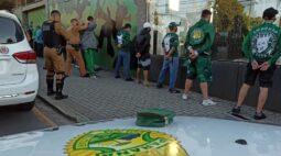 AIFU encontra aglomeração em sede de torcida organizada e prende três pessoas