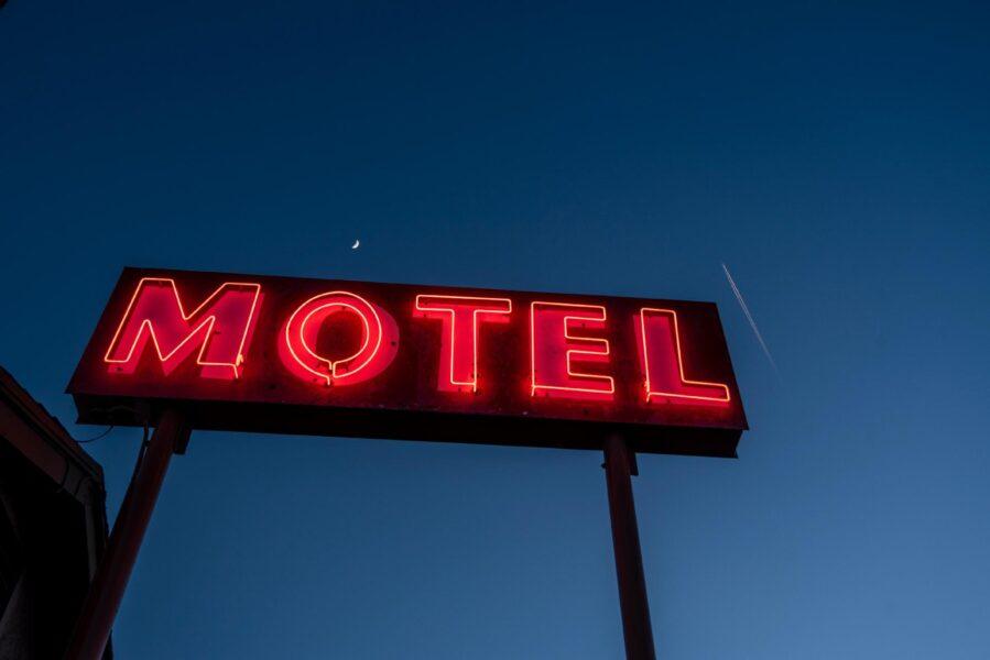 Festa com quatro pessoas em motel acaba com sangue e confusão