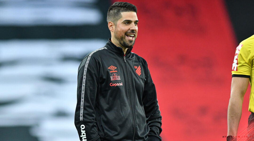 """António Oliveira valoriza momento do Athletico mas prega cautela """"O próximo jogo é o mais importante"""""""