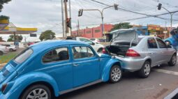 No Dia do Fusca, modelo azul acaba se envolvendo em acidente em avenida de Londrina