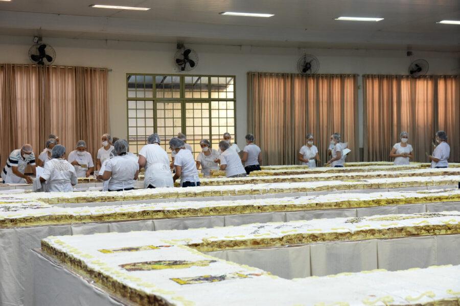Drive-thru casamenteiro: 12 mil pedaços do bolo de Santo Antônio serão vendidos em Maringá