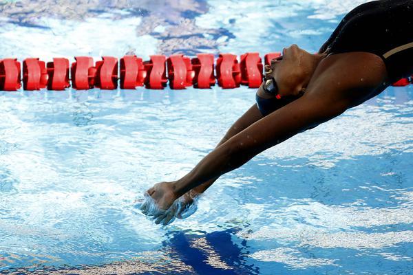 Após ouro na Itália, nadadora Etiene Medeiros treina em Portugal de olho nas Olimpíadas
