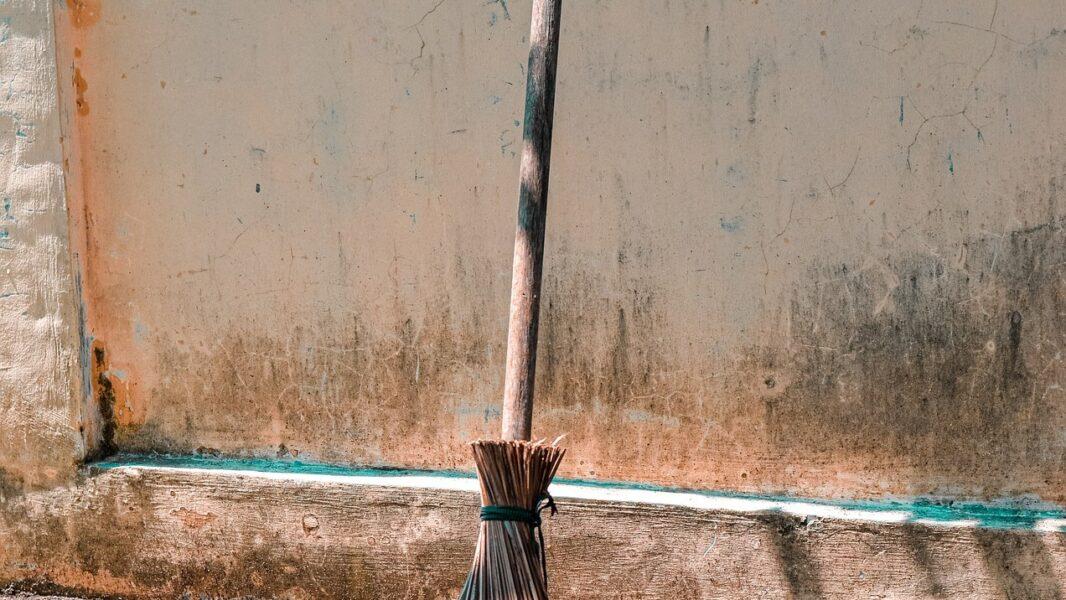 Menores de idade usam cabo de vassoura para ameaçar vítima e roubar celular, em Apucarana