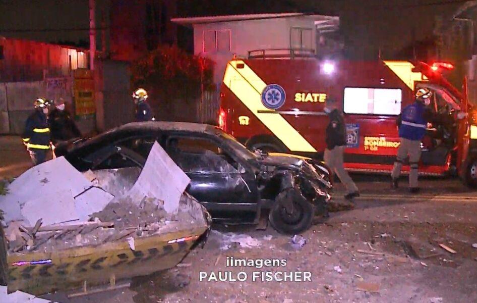 Motorista sem CNH bate em caçamba de lixo e deixa mulher e dois filhos feridos