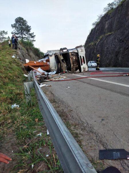 Caminhão tomba e atinge ciclistas e motociclistas na BR-101; quatro morreram