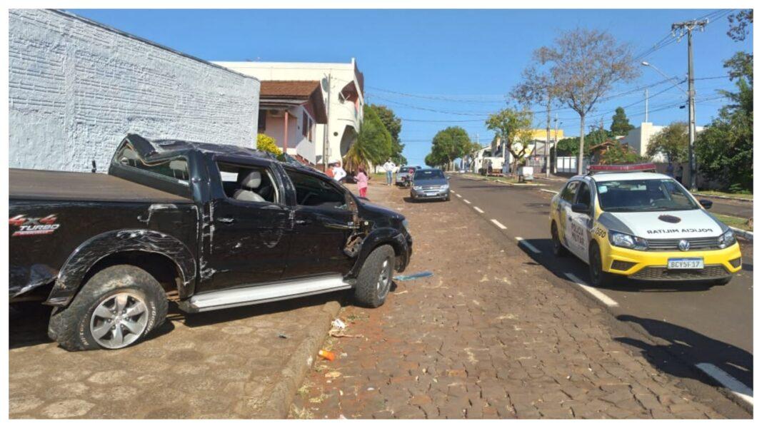 Bandidos perdem controle e capotam caminhonete roubada, em Santa Izabel do Oeste