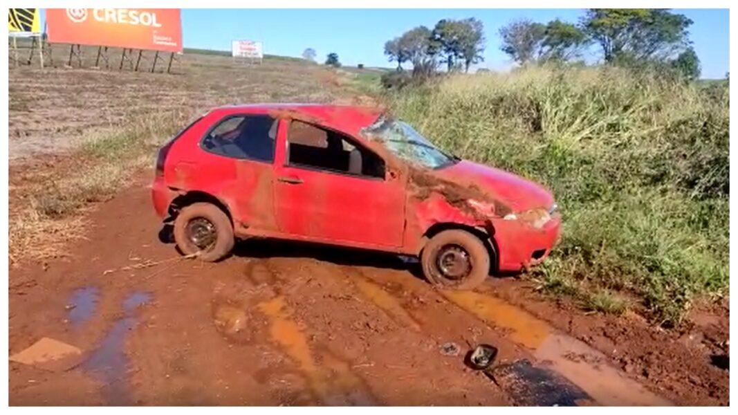 Carro fica destruído, após capotamento na BR-369, em Corbélia