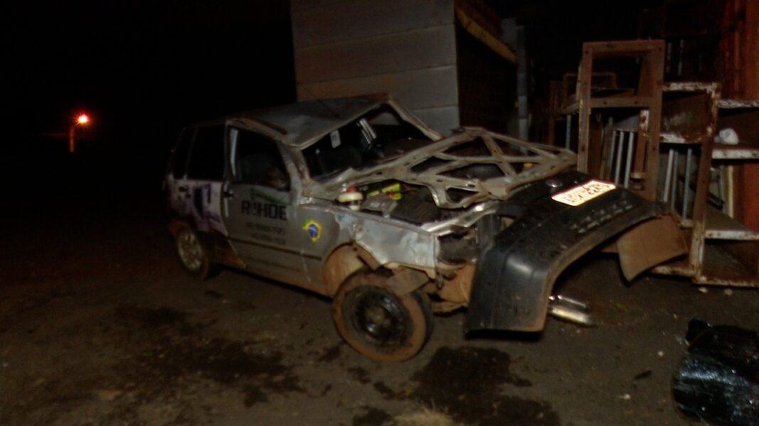 BR-277: carro fica destruído em capotamento no perímetro urbano