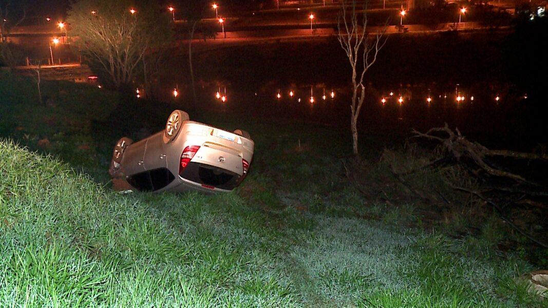 Mulher perde o controle de veículo e capota na BR-369, em Cambé