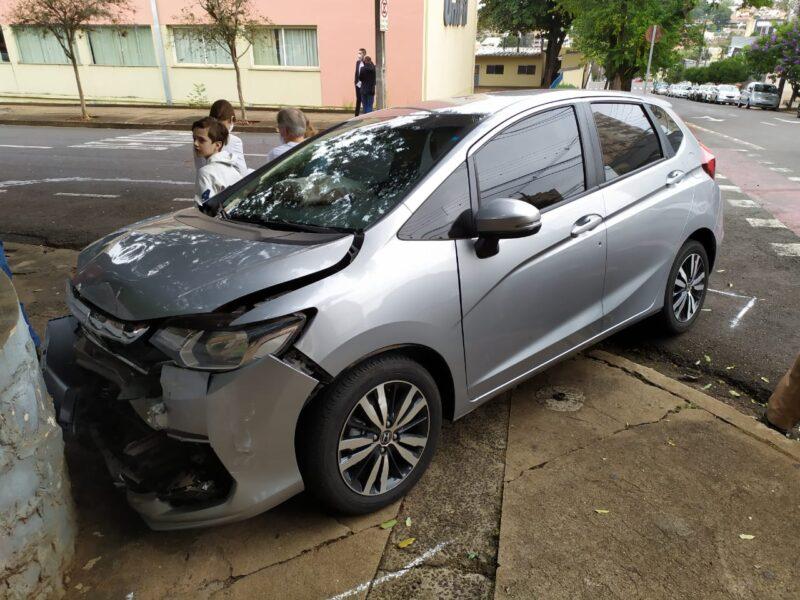 Veículo invade preferencial, bate em outro carro e capota, na rua Paranaguá
