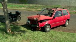 Cansado do trabalho, motorista cochila no volante e bate em árvore
