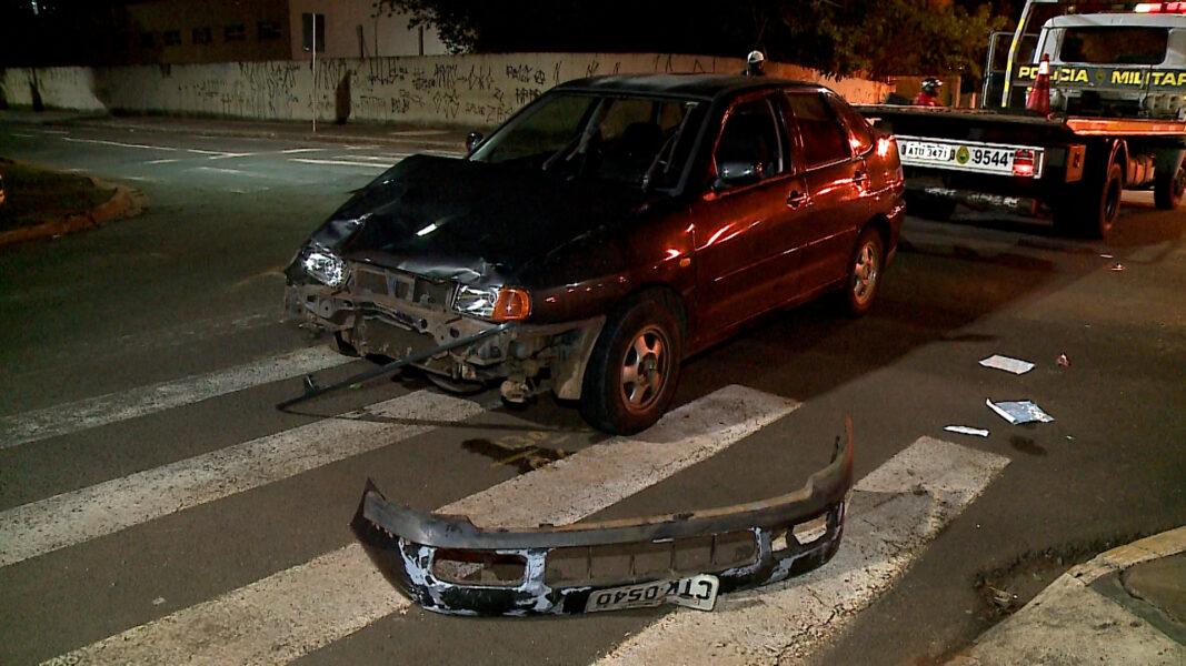 Entregador fica ferido após ser atingido por carro que furou sinal, no centro de Londrina