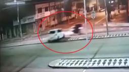 Carro atravessa canaleta de ônibus e atinge motoboy, em Curitiba