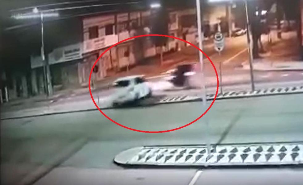 Carro cruza canaleta de ônibus e atinge motoboy, em Curitiba