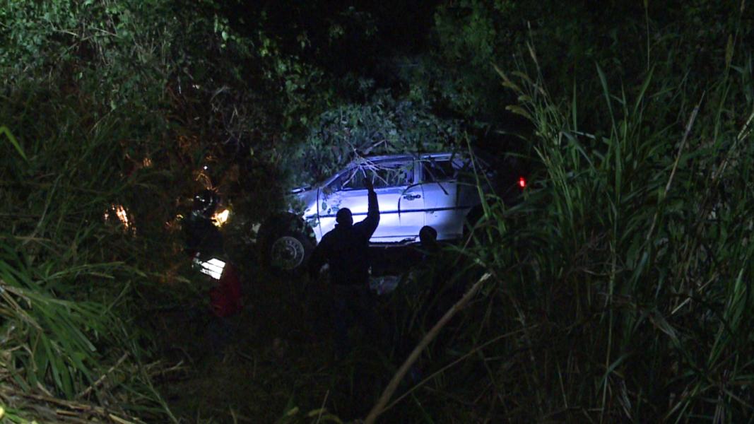 Carro despenca de uma altura de 12 metros e motorista some, na zona oeste de Londrina