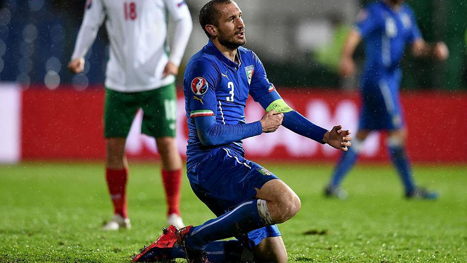 Após sair lesionado contra Suíça, Chiellini vira dúvida para Itália na Eurocopa
