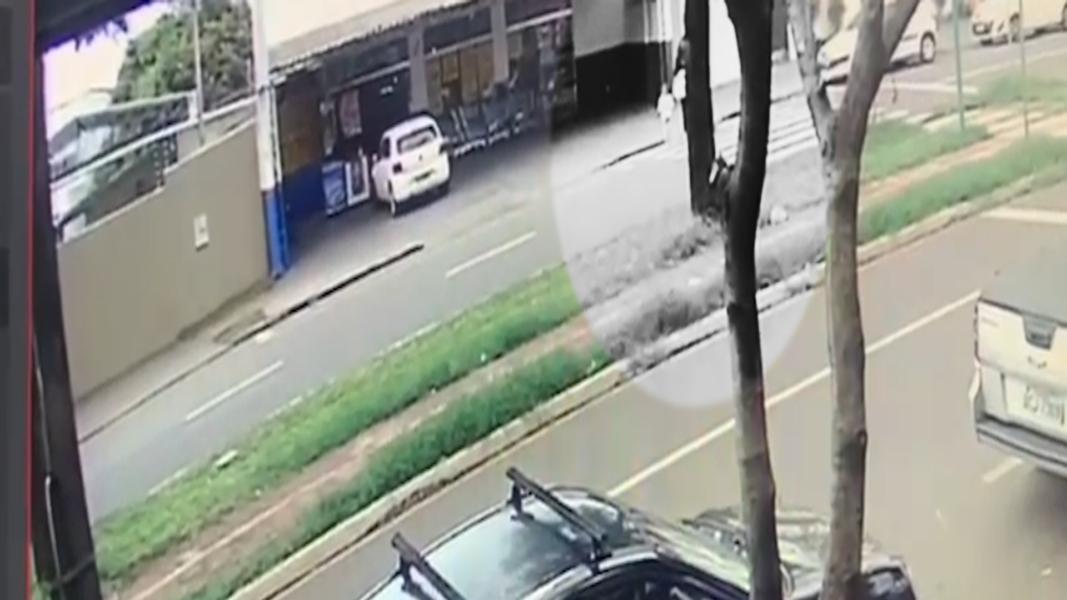 Criança tenta atravessar a rua e é atropelada por carro; veja o vídeo