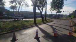 Caminhão bate em poste e quebra semáforo na BR-369, em Londrina
