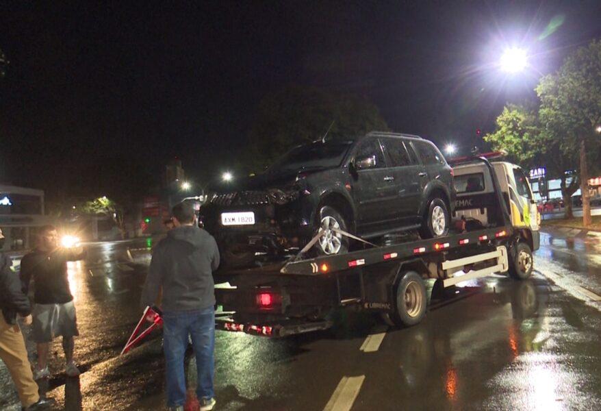 Com carro roubado, homem tenta fugir da PM e atinge árvore, em Cascavel