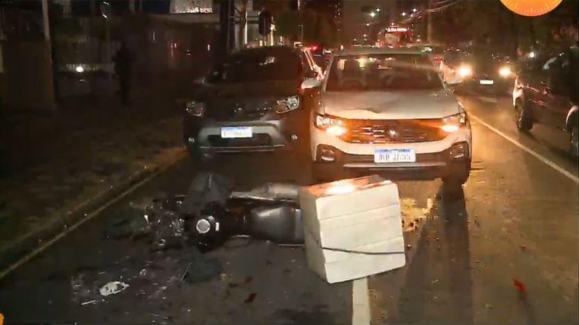 """Médico causa engavetamento de cinco carros no bairro Batel: """"Vinha em alta velocidade"""""""