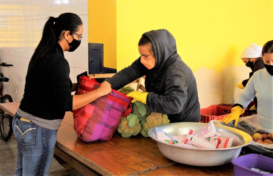 Alunos da rede municipal de educação recebem kits de alimentos, em Arapongas