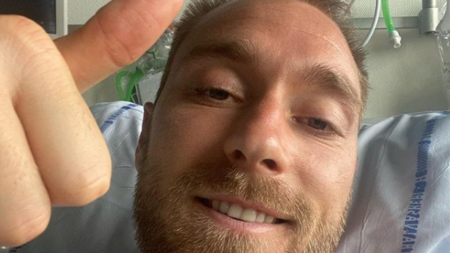 Eriksen recebe alta após cirurgia e visita concentração da Dinamarca
