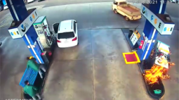 Bomba de combustível incendeia após condutor sair com mangueira engatada no veículo