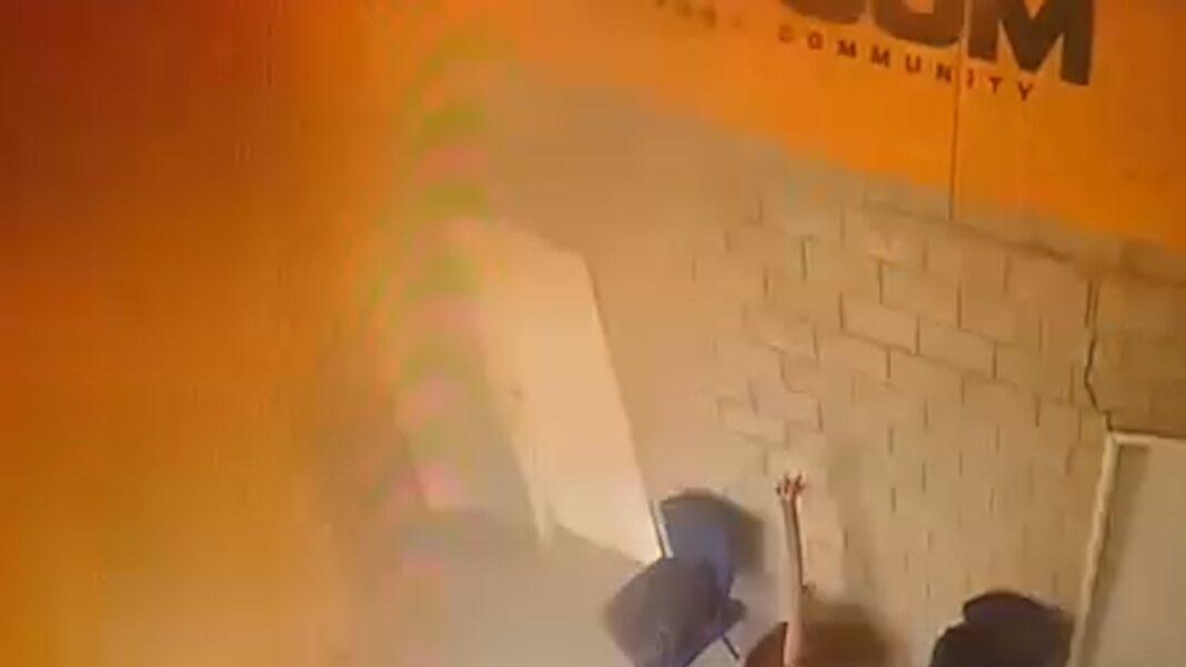 Câmeras flagram explosão em estande de tiros que deixou quatro feridos; assista