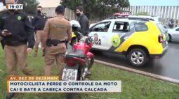 Motociclista perde o controle da moto cai e bate a cabeça contra calçada