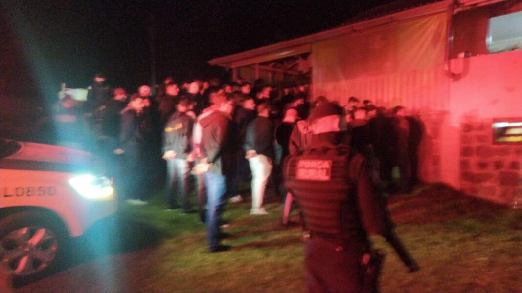 Fiscalização acaba com festa em chácara e interdita tabacaria em Cascavel