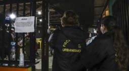 Fiscalização da Covid-19 fecha festas clandestinas, bares e casa noturna em Curitiba