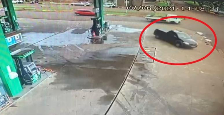 Câmeras registram fuga de motorista na cidade de Ubiratã, com carro carregado de drogas