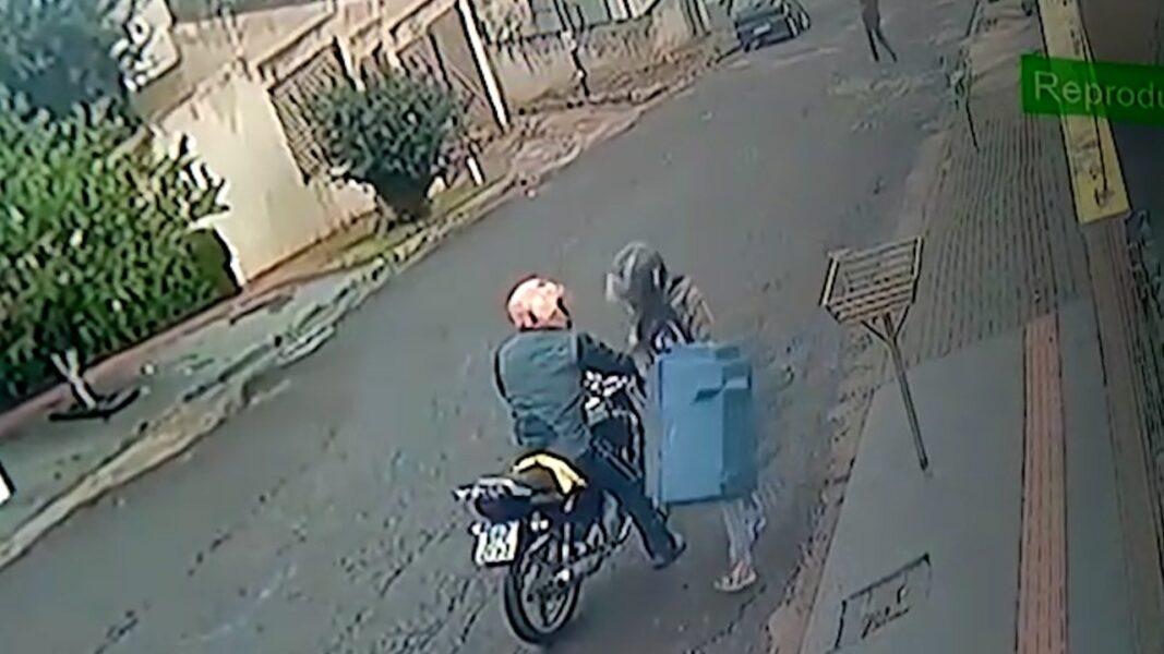 Câmeras de segurança filmam homens furtando casinha de cachorro, em Londrina